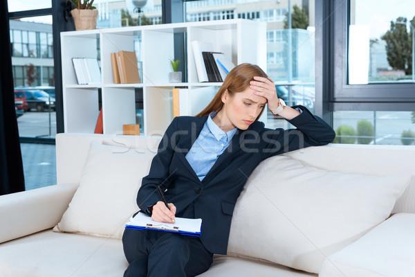 Sconvolto imprenditrice appunti giovani iscritto seduta Foto d'archivio © LightFieldStudios