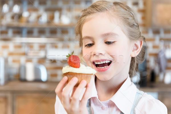Szczęśliwy dziewczynka jedzenie smaczny domowej roboty ciasto Zdjęcia stock © LightFieldStudios