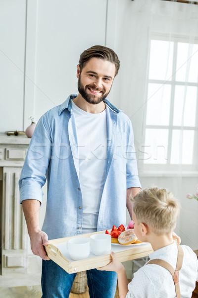 Figlio di padre vassoio colazione sorridere padre Foto d'archivio © LightFieldStudios