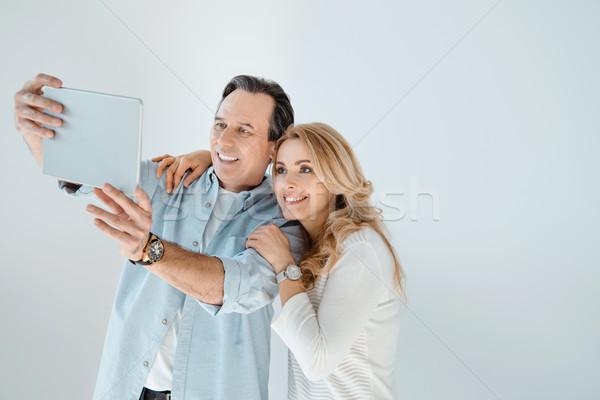 Szczęśliwy w średnim wieku para cyfrowe tabletka Zdjęcia stock © LightFieldStudios