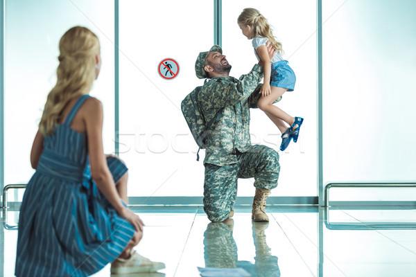 Matka córka spotkanie ojciec lotniska selektywne focus Zdjęcia stock © LightFieldStudios