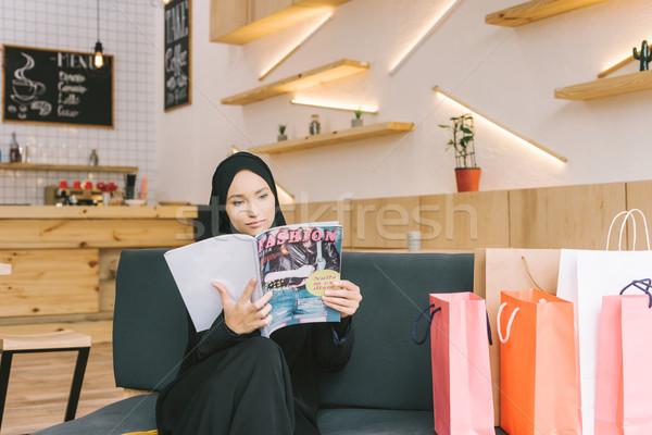 мусульманских женщину чтение журнала кафе торговых Сток-фото © LightFieldStudios