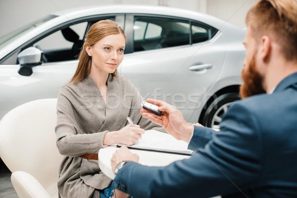 бородатый продавцом Новый автомобиль ключевые подписания Сток-фото © LightFieldStudios