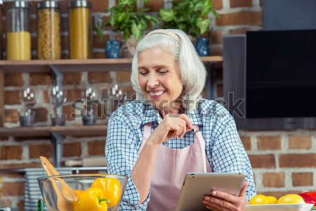Kıdemli kadın yemek kitabı gülen yazı kalem Stok fotoğraf © LightFieldStudios