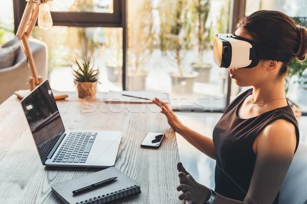Empresária virtual realidade óculos jovem vestido preto Foto stock © LightFieldStudios