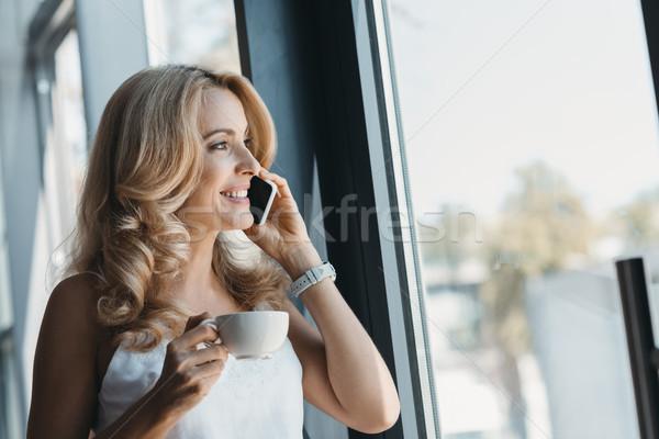 Stockfoto: Vrouw · koffie · smartphone · mooie · glimlachende · vrouw · drinken