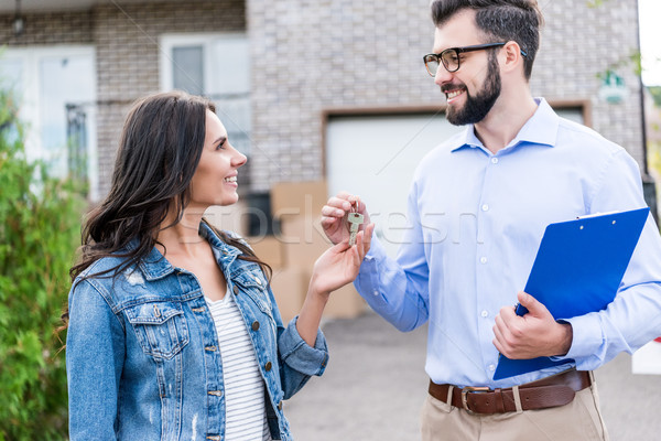 Emlâkçı müşteri anlaşma tuşları Stok fotoğraf © LightFieldStudios
