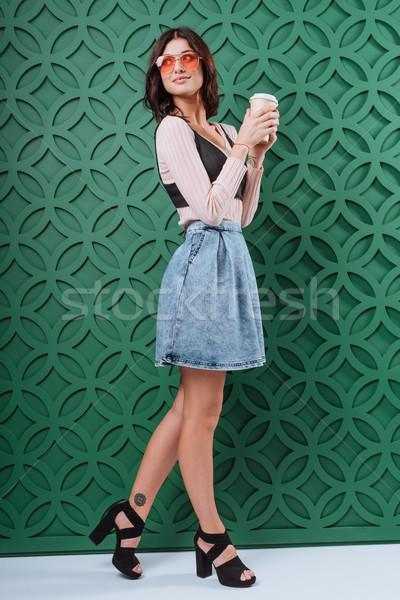 Donna occhiali da sole usa e getta tazza di caffè jeans Foto d'archivio © LightFieldStudios