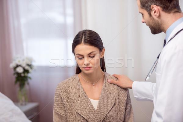 Médico consultor paciente jovem médico do sexo masculino Foto stock © LightFieldStudios