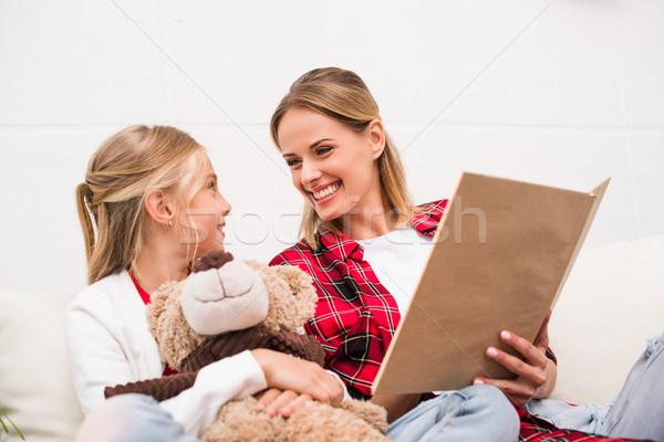 Stok fotoğraf: Anne · kız · okuma · kitap · mutlu · sevimli