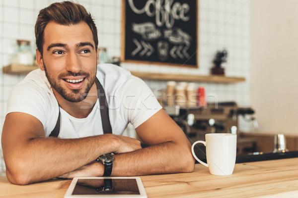 Glimlachend barista counter tablet portret Stockfoto © LightFieldStudios