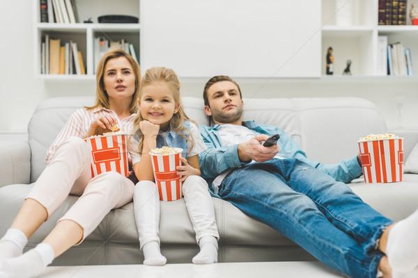 Família pipoca assistindo tv juntos casa Foto stock © LightFieldStudios