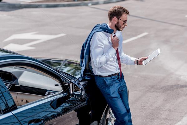 Biznesmen tabletka samochodu elegancki okulary cyfrowe Zdjęcia stock © LightFieldStudios