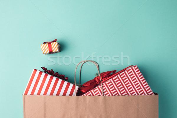 Przedstawia torby papierowe górę widoku niebieski zimą Zdjęcia stock © LightFieldStudios