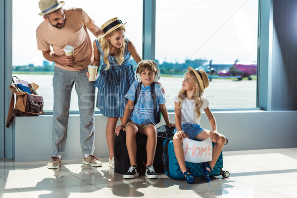 Parents enfants attente embarquement aéroport ensemble Photo stock © LightFieldStudios