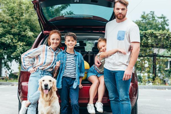 Rodziny psa stałego samochodu piękna młodych Zdjęcia stock © LightFieldStudios