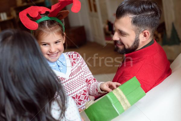 Família natal apresentar tiro pais olhando Foto stock © LightFieldStudios