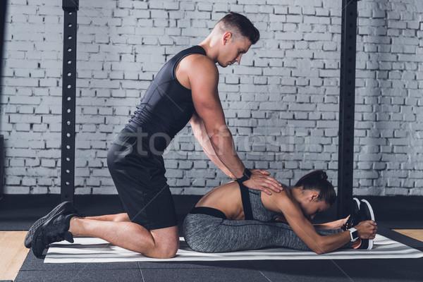 Trener pomoc kobieta widok z boku siłowni pomoc Zdjęcia stock © LightFieldStudios