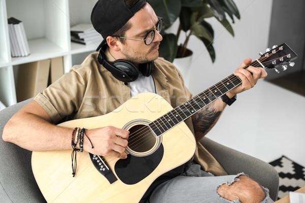 Man spelen gitaar gericht stijlvol akoestische gitaar Stockfoto © LightFieldStudios