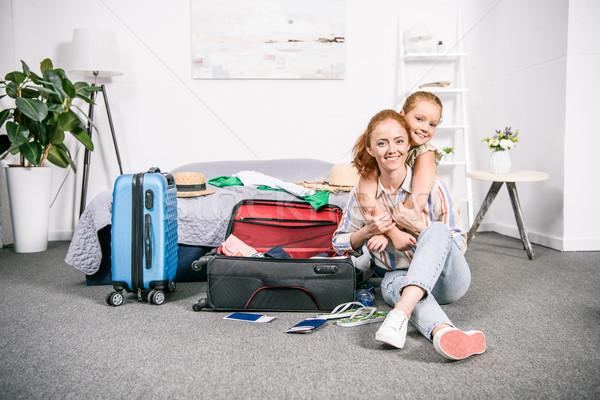 Mutter Tochter Verpackung Reise glücklich schönen Stock foto © LightFieldStudios