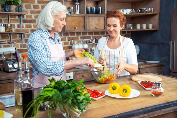 Stockfoto: Vrouwen · koken · samen · glimlachend · keuken · achtergrond