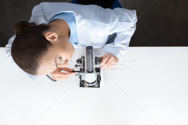 Top view scienziato lavoro microscopio laboratorio Foto d'archivio © LightFieldStudios