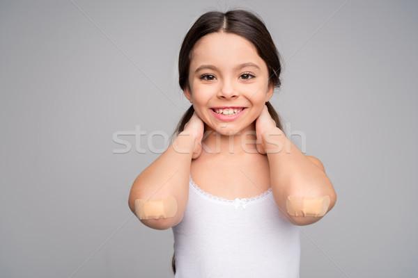 Meisje gewond glimlachend camera witte gezondheid Stockfoto © LightFieldStudios