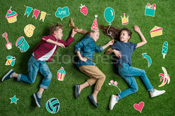 Stockfoto: Gelukkig · drie · vrienden · gras · verjaardag · studenten