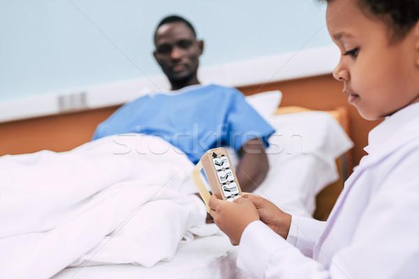 Afro-amerikaanse jongen automatisch bed controle selectieve aandacht Stockfoto © LightFieldStudios