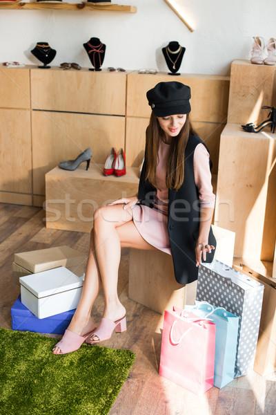 Stock fotó: Lány · bevásárlótáskák · butik · mosolyog · fiatal · nő · sapka