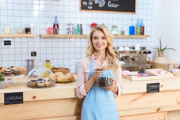 Barista koffiebonen aantrekkelijk jonge serveerster Stockfoto © LightFieldStudios
