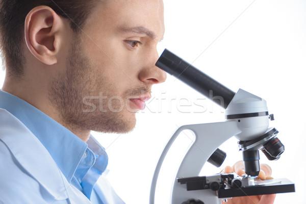 Vue de côté concentré homme scientifique regarder microscope Photo stock © LightFieldStudios
