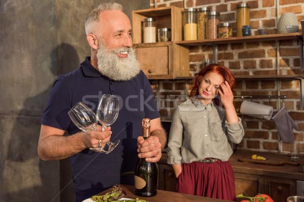 シニア 男 ワイングラス ボトル 選択フォーカス ストックフォト © LightFieldStudios