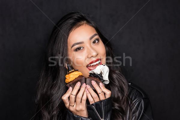Nő eszik minitorták gyönyörű ázsiai kezek Stock fotó © LightFieldStudios