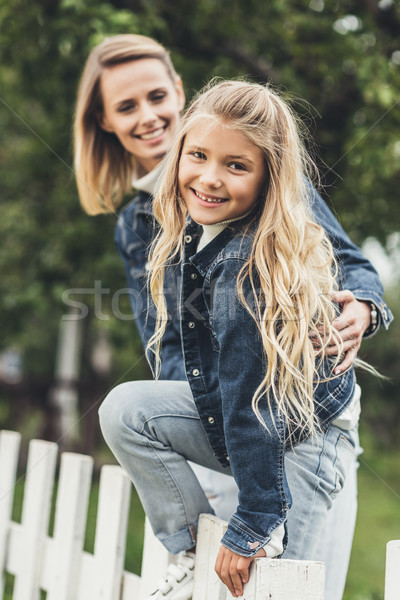 Mãe filha cerca feliz sorridente Foto stock © LightFieldStudios