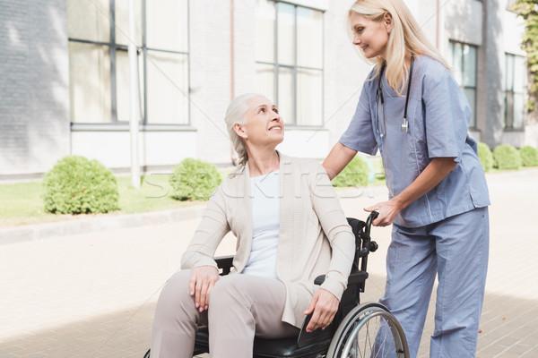 Verpleegkundige senior vrouw rolstoel glimlachend patiënt Stockfoto © LightFieldStudios