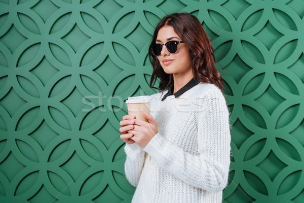 Сток-фото: женщину · Солнцезащитные · очки · одноразовый · чашку · кофе · белый