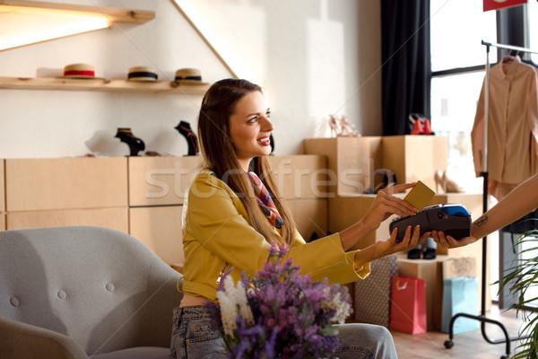 Kadın kredi kartı gülen genç kadın kız Stok fotoğraf © LightFieldStudios