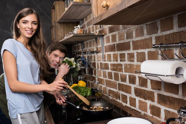 Vrouw koken diner vriendje glimlachende vrouw permanente Stockfoto © LightFieldStudios