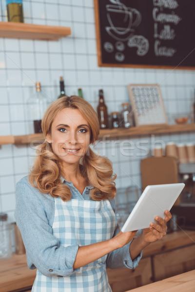 Serveerster digitale tablet mooie schort Stockfoto © LightFieldStudios