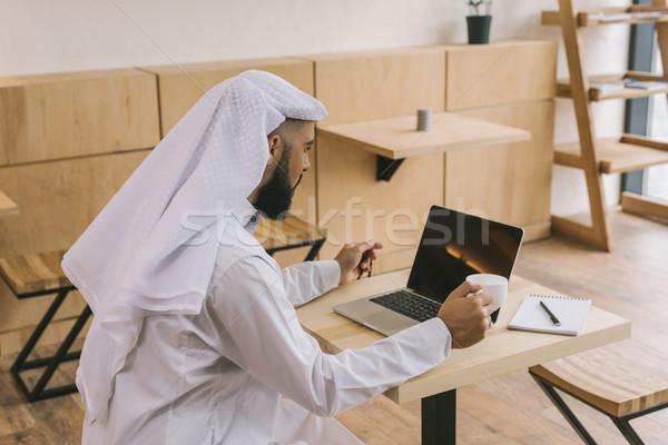 Moslim man cafe laptop geconcentreerde naar Stockfoto © LightFieldStudios