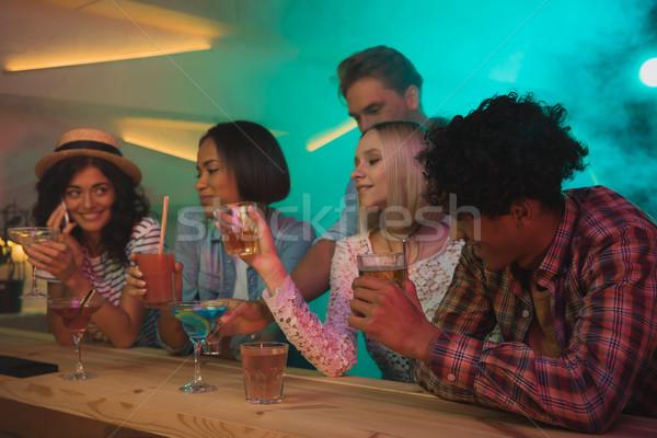 Több nemzetiségű barátok iszik koktélok bár csoport Stock fotó © LightFieldStudios