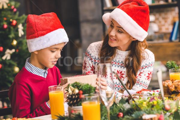mutter weihnachten geschenk sohn sch nen jungen stock foto lightfield studios. Black Bedroom Furniture Sets. Home Design Ideas