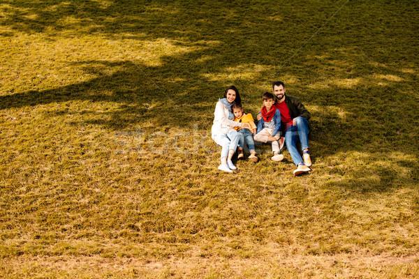 Famille séance herbeux colline enfants pelouse Photo stock © LightFieldStudios