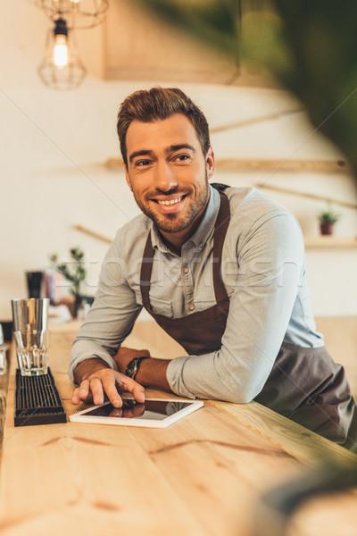 Glimlachend barista tablet portret counter Stockfoto © LightFieldStudios