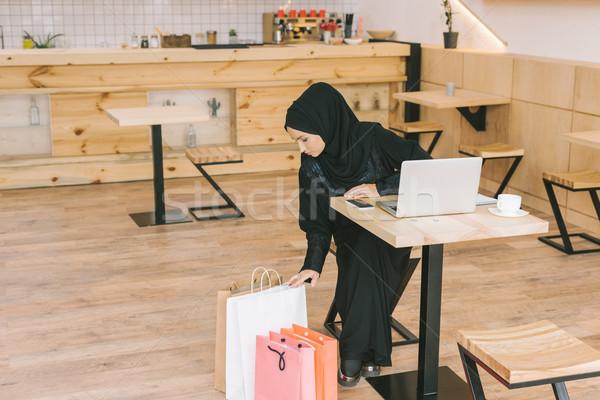Moslim vrouw naar jonge cafe Stockfoto © LightFieldStudios