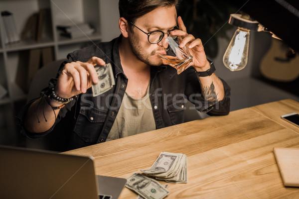 Hombre potable whisky efectivo joven Foto stock © LightFieldStudios
