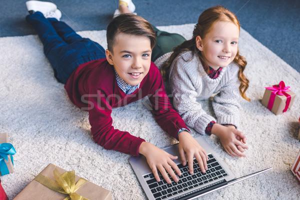 Brat siostra za pomocą laptopa wraz piętrze Zdjęcia stock © LightFieldStudios