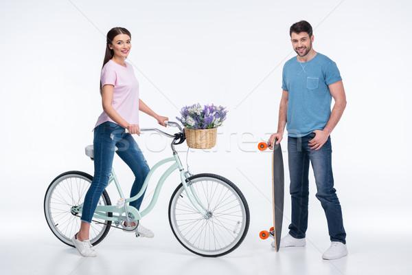 Souriant couple skateboard vélo blanche femme Photo stock © LightFieldStudios