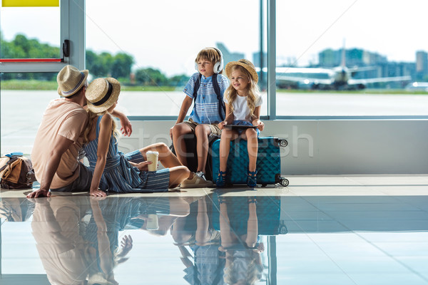 Photo stock: Parents · enfants · attente · embarquement · aéroport · peu